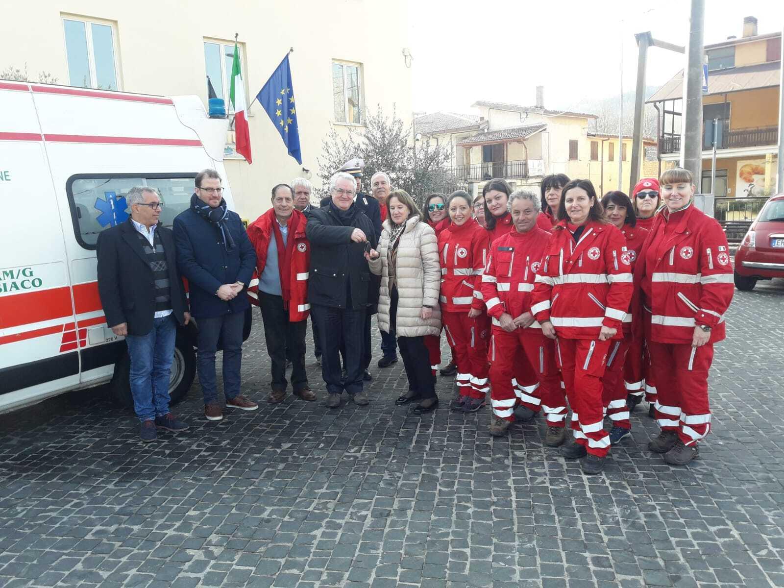 Il Presidente dell'Ente Montano Romanzi, consegna un'ambulanza alla Croce Rossa Italiana, Comitato di Valle dell'Aniene, dono della X CMA